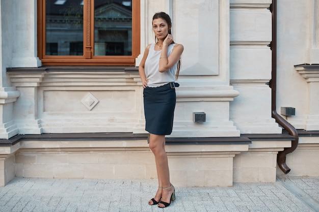 Mode mooie vrouw lopen door de straten van de oude stad