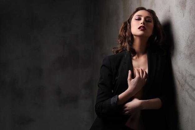 Mode mooie vrouw poseren, mode concept