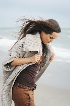 Mode nadenkend vrouw portret alleen lopen op een zee strand