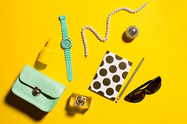 Mode-objecten op geel