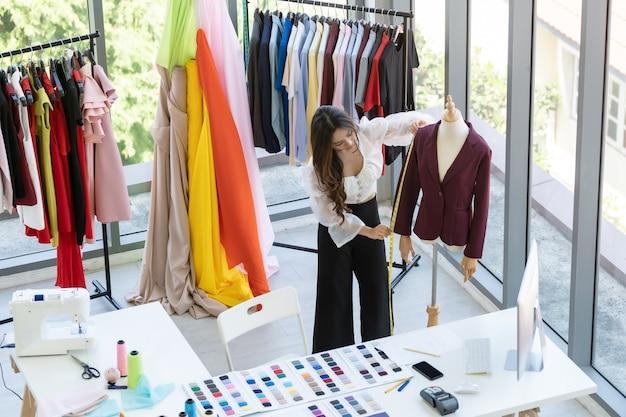 Mode-ontwerper eigenaar werkt