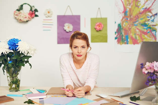 Mode-ontwerper in moderne studio