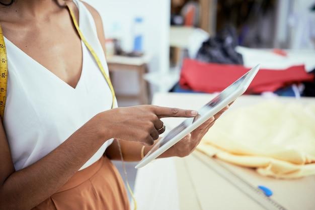 Mode-ontwerper met behulp van digitale tablet