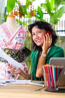 Mode-ontwerper werkt thuis