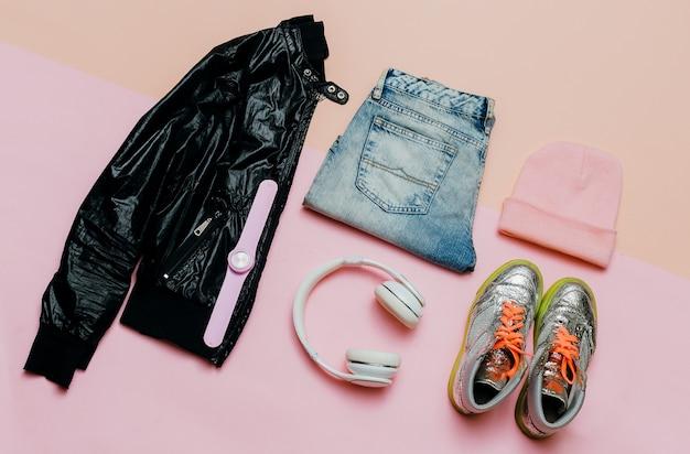 Mode-outfit voor een meisje stijlvolle zwarte kleding en heldere accessoires sports urban minimal headphon