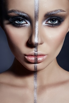 Mode perfecte make-up, zilverkleurige band op het meisjesgezicht, zilveren wenkbrauwen en zwart donkerbruin haar. creatieve make-up op vrouwengezicht, mooie grote ogen.