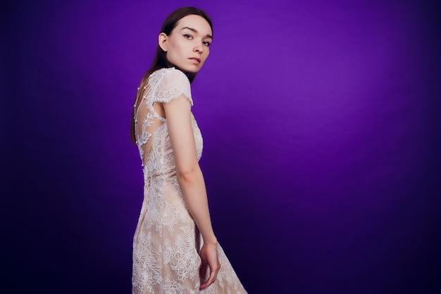 Mode portret elegante meisje in witte jurk. mooie vrouw met rood en blauw. meisje in neon.