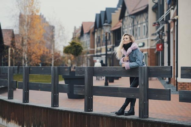Mode portret van blond meisje in de stad