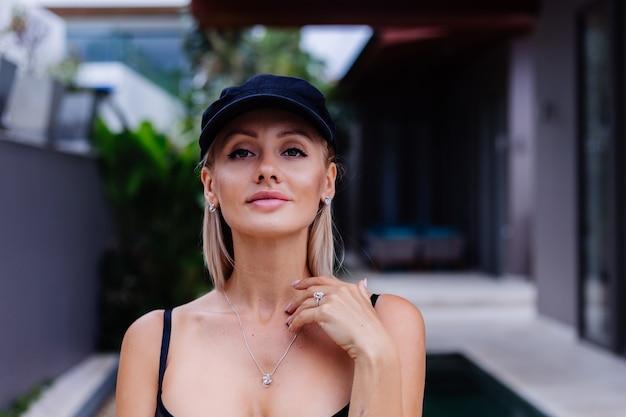 Mode portret van blonde kaukasische stijlvolle vrouw in franse pet witte blazer