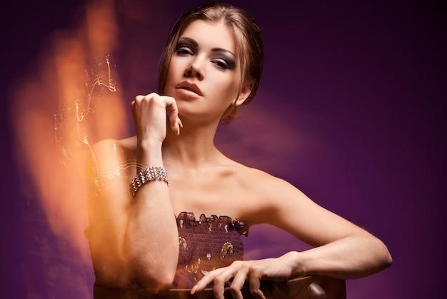 Mode portret van de jonge brunette vrouw met perfecte make-up en sieraden. schoonheid portret studio opname