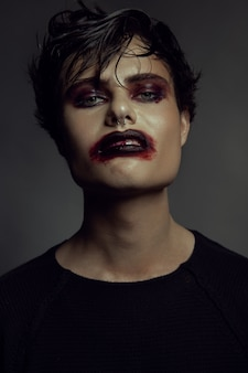 Mode portret van de mens. boze emotie op een gezicht