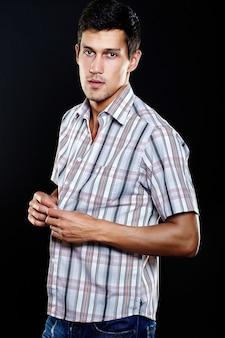 Mode portret van jonge blanke man. knap model in vrijetijdskleding die in studio stellen. aantrekkelijk mannetje