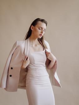 Mode portret van jonge elegante vrouw