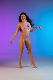 Mode portret van jonge fit en sportieve vrouw in blauwe luxe badmode