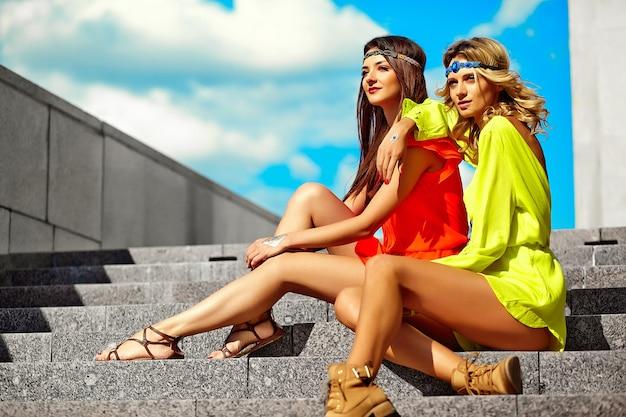 Mode portret van jonge hippie vrouwen modellen in zonnige zomerdag in heldere kleurrijke hipster kleding