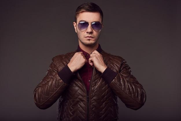 Mode portret van jonge knappe man in de studio