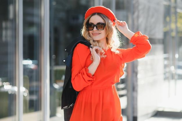 Mode portret van jonge mooie stijlvolle vrouw wandelen in de stad straat, stijl trend, koffie drinken.