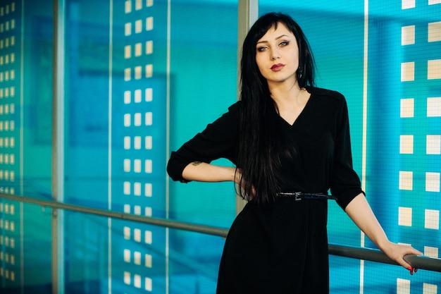 Mode portret van jonge mooie vrouw in zwarte jurk.