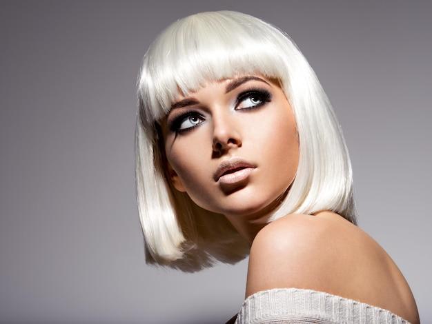 Mode portret van jonge mooie vrouw met kapsel bob en zwarte make-up van oog