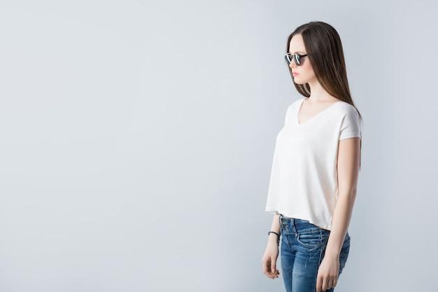 Mode portret van jonge mooie vrouw met zonnebril
