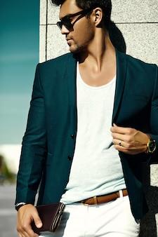 Mode portret van jonge sexy zakenman knappe model man in casual doek pak in zonnebril in de straat