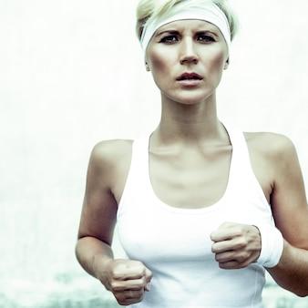 Mode portret van jonge sportmeisje loopt