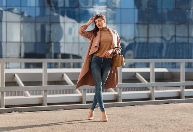 Mode portret van jonge vrouw op stedelijke achtergrond.