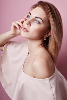 Mode portret van mooi meisje, schone gezichtshuid, natuurlijke schoonheid. vrouw poseren