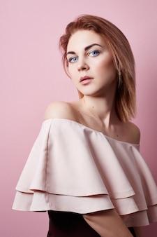 Mode portret van mooi meisje, schone gezichtshuid, natuurlijke schoonheid.