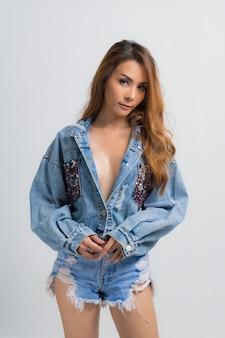 Mode portret van mooie jonge vrouw met denim jurk