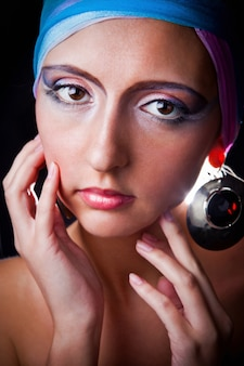 Mode portret van sensuele vrouw in modieuze tulband