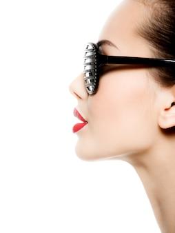 Mode portret van vrouw zwarte zonnebril met diamanten en rode lippen dragen