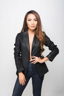Mode portret vrouw draagt een zwart pak.