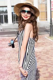 Mode portret vrouw met zonnebril en rode lippen in hoed