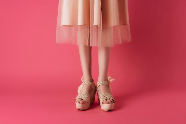 Mode schoenen bijgesneden weergave vrouwelijke voeten roze achtergrond bijgesneden weergave