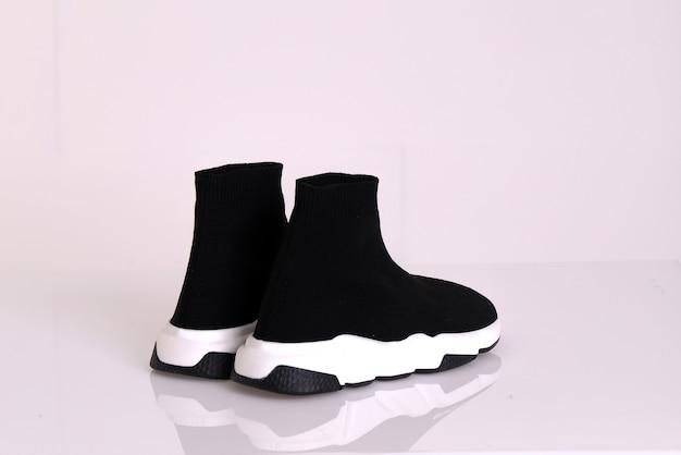 Mode schoenen en sneakers geïsoleerd op een witte achtergrond