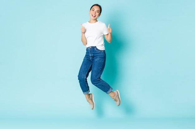 Mode schoonheid en lifestyle concept jonge vrolijke aziatische meisje genieten van winkelen op zoek vrolijk en ...
