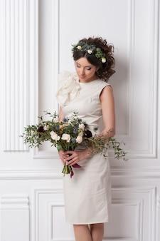 Mode schoonheid model meisje met bloemen haar.