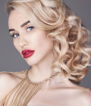 Mode schoonheid naakt make-up blonde vrouw