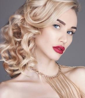 Mode schoonheid naakte blondevrouw op een licht