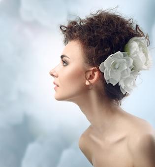 Mode schoonheid vrouw met bloemen haar. bruid.