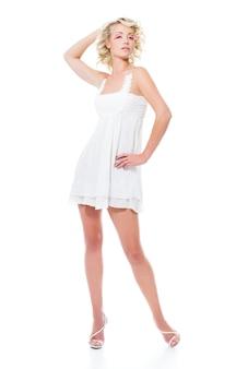 Mode sensualiteit aantrekkelijke vrouw met moderne witte jurk poseren