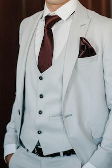 Mode shot van een knappe jongeman in een elegant klassiek pak.
