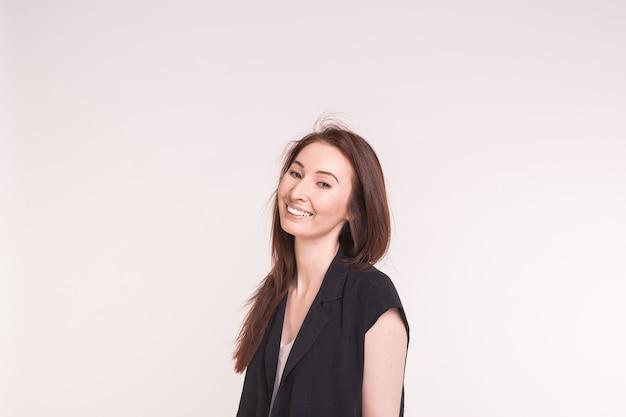 Mode, stijl en mensenconcept - vrij jonge aziatische vrouw over witte muur met exemplaarruimte