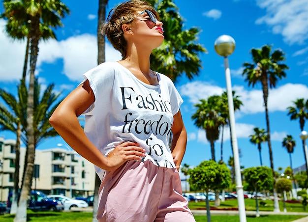 Mode stijlvolle mooie jonge brunette vrouw model in zomer hipster casual kleding poseren