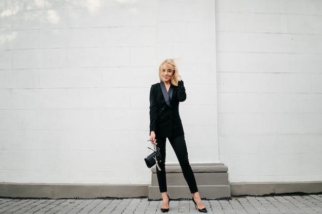 Mode straat foto sessie van stijlvolle jonge dame in een grijze kleding