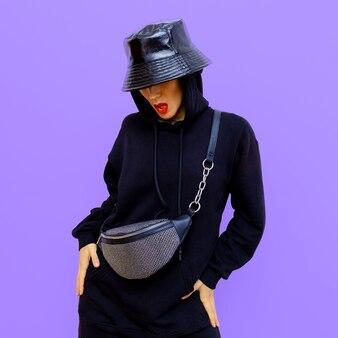 Mode streetstyle outfit. glamoureuze dame en stijlvolle herfstaccessoires