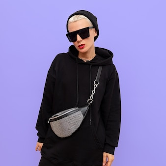 Mode streetstyle outfit. glamoureuze hipster girl en stijlvolle herfstaccessoires