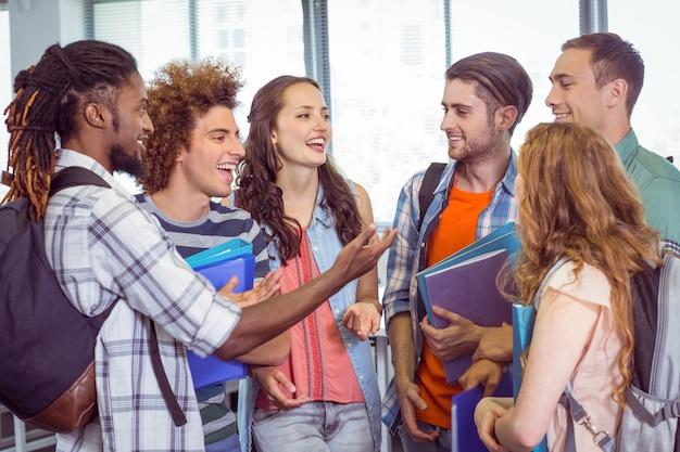 Mode studenten chatten en glimlachen