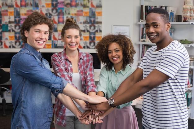 Mode studenten hoog fiving samen